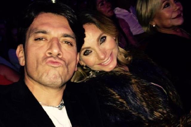 Estalla Jorge Salinas contra reportero que tocó la pancita de su esposa