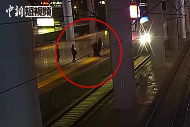 Salta a las vías del tren para asustar a su novio