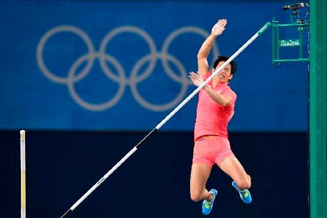 Atleta japonés vive bochornoso salto al derribar barra con su pene