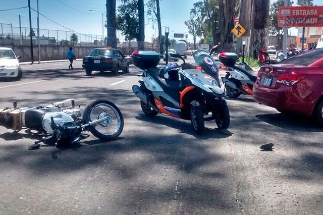 Mujer atropella a motociclista que resultó sólo con lesiones leves