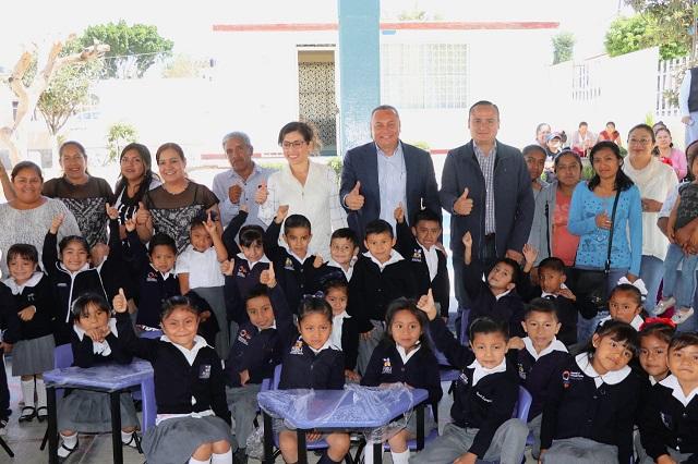Comuna de Atlixco continúa con entrega de mobiliario a escuelas