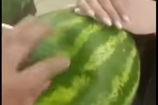 Graban supuesta respiración de una sandía en supermercado ruso