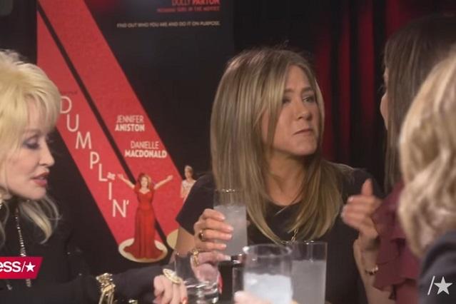 Jennifer Aniston y Sandra Bullock se dan beso en la boca