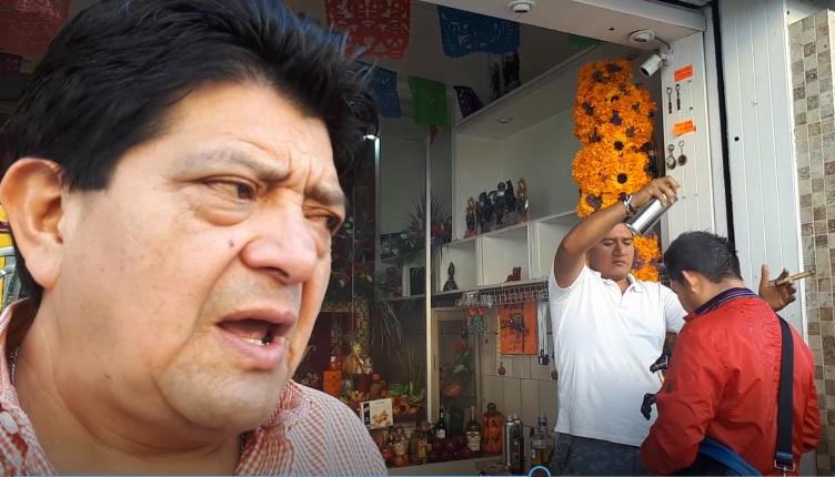 #DíaDeMuertos: Poblanos piden a la Santa Muerte cuide a difuntos