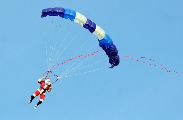 Santa Claus deja el trineo por el paracaídas y se rompe una pierna