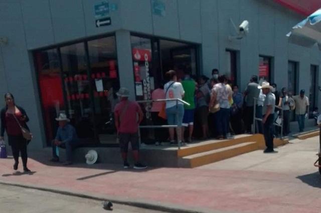 Pese a pandemia clientes saturan banco Santander en Acatlán