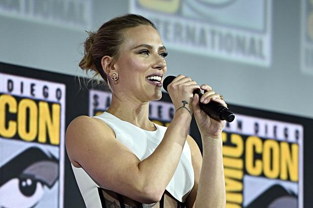 Scarlett Johansson presume anillo de compromiso en Comic Con
