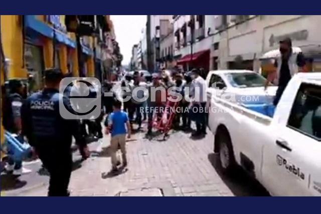 Retiro de ambulantes acaba en gresca en el Centro de Puebla