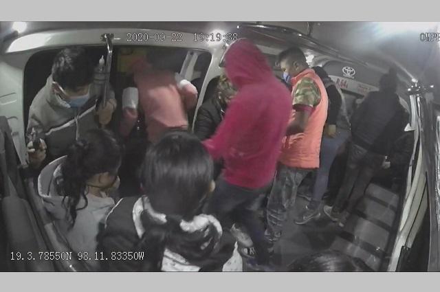 La cartera o un plomazo: así asaltan combi en Puebla (Video)