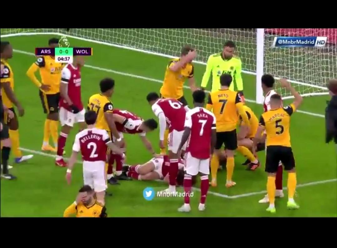 Choque de cabezas deja inconsciente a Raúl Jiménez durante el Arsenal vs Wolves