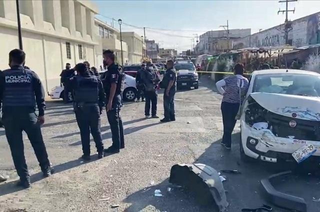 Patrulla embiste dos vehículos frente a La Acocota