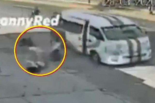 Se avientan del transporte público para evitar asalto: Video