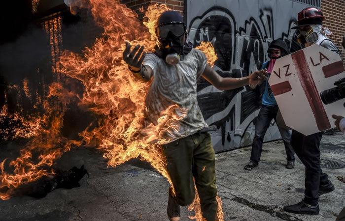 Se quema un manifestante durante disturbios en Venezuela