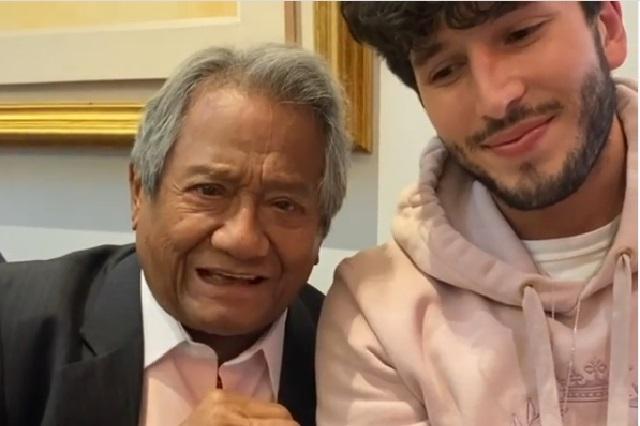 Sebastián Yatra come gusanos de maguey alentado por Armando Manzanero