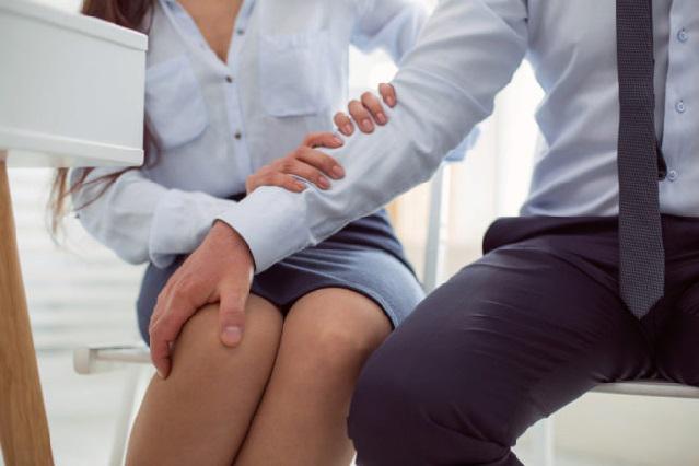 Para que le den trabajo a chica debería tener relaciones con su jefe