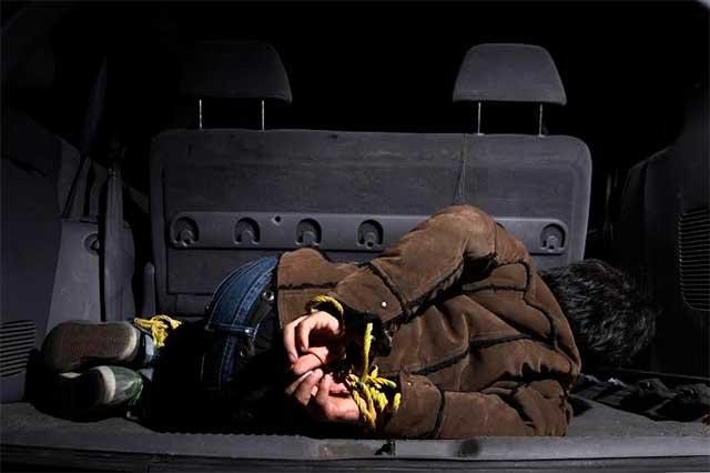 Pasean a taxista en la cajuela de su propio vehículo y sale ileso