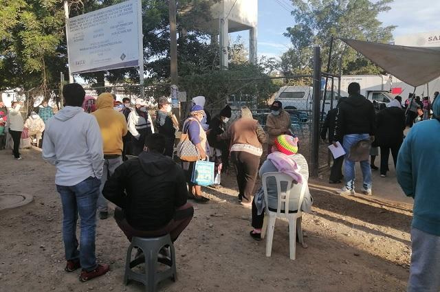 Aun con frío los abuelitos de Acatlán velan para vacunarse contra el Covid-19