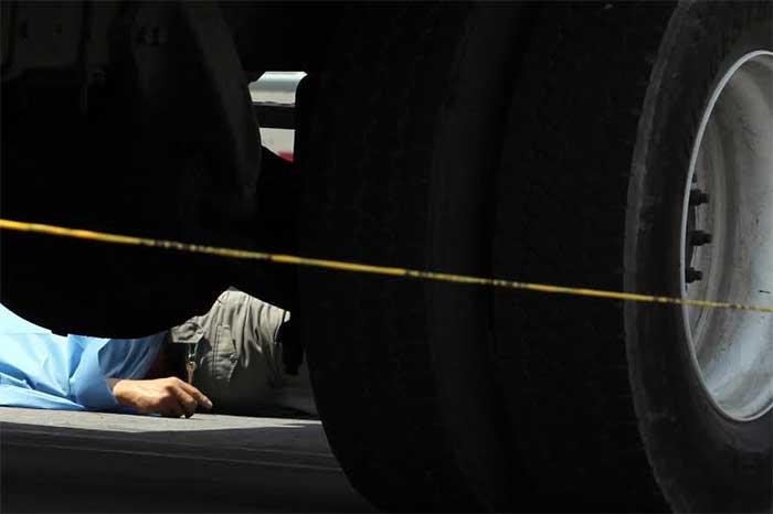 Veloz vehículo arrolla a 3 trabajadores; uno murió
