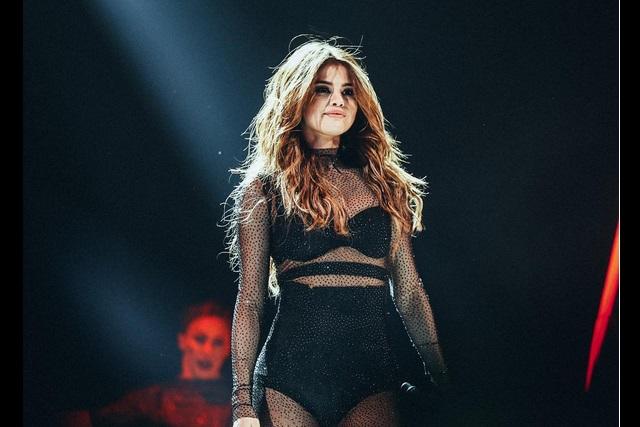 VIDEO Selena Gomez se resbala bajando escalones sobre el escenario