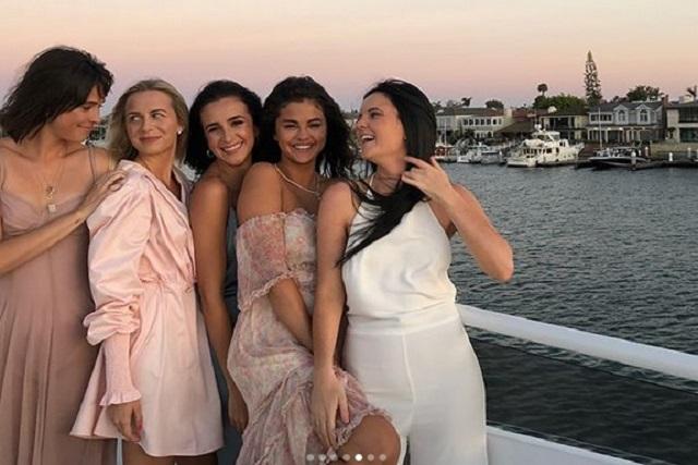 Sin novio pero con muchas amigas, Selena Gómez celebra su cumpleaños