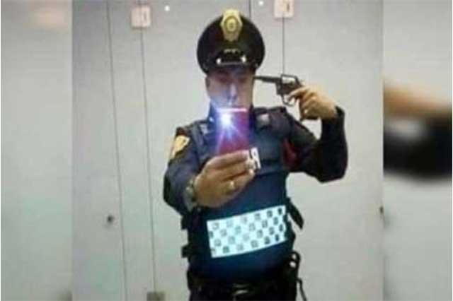 Suspenden a policía por selfie en la que se apunta con una pistola