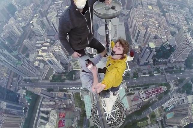 Jóvenes retan a la muerte y se toman selfie a 384 metros de altura