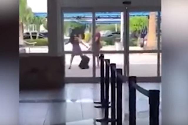 Hombre golpea a su pareja por una selfie fallida en aeropuerto