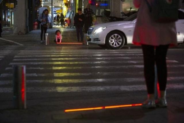 Instalan semáforos para zombis adictos al celular