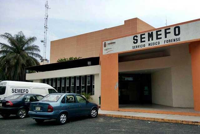 Empleados de la fiscalía de Guerrero protestan por olor que sale del Semefo