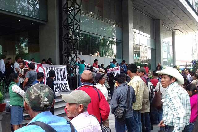 Indígenas poblanos toman la SENER; la acusan de ser sucursal de empresarios