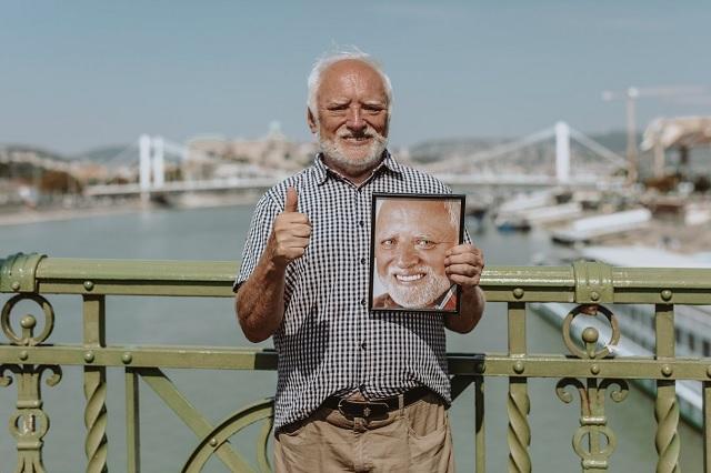 ¿Quieres una selfie con el hombre del meme? András Arató estará en la CDMX