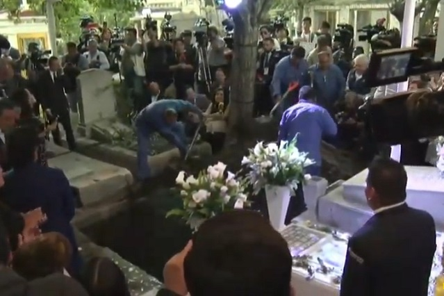 Sepultan cenizas de José José en el Panteón Francés al lado de su madre