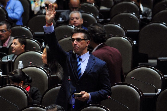 Acusan a Sergio Mayer de compartir links para bajar libros de manera ilegal