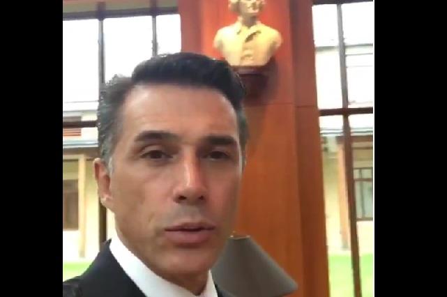 Sergio Mayer presume visita a librería en EU y se burlan de él