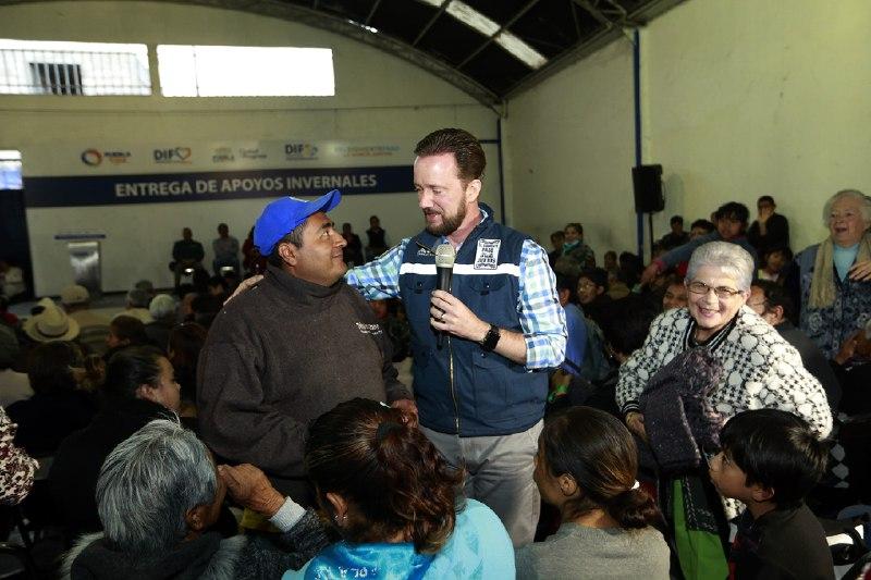 Familias de San Felipe Hueyotlipan se benefician con apoyos invernales