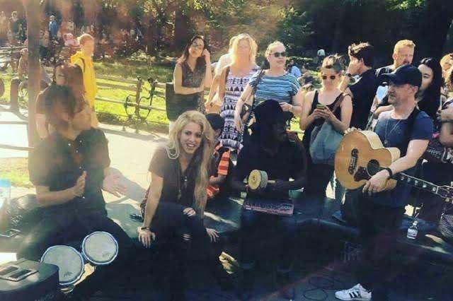 Shakira presume versión acústica de Chantaje en parque de Nueva York