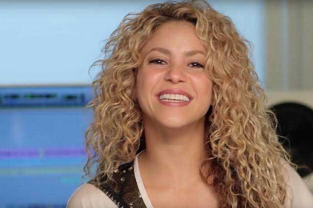 Shakira camina por Barcelona y presume nuevo look