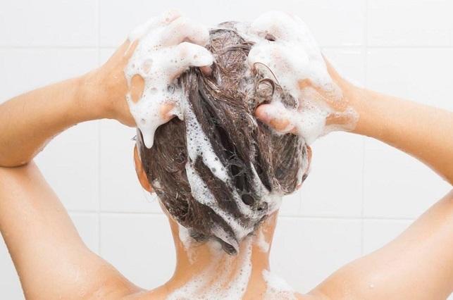 Mujer lleva 8 meses sin lavarse el cabello con shampoo y así luce