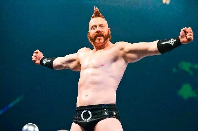 Sheamus sale herido tras sufrir violento golpe con escalera en la WWE