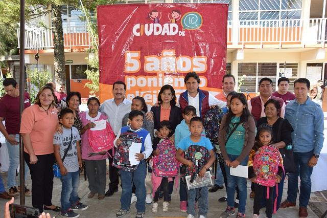 Sigue entrega de apoyos de Ciudad de 10 en San Pedro Cholula