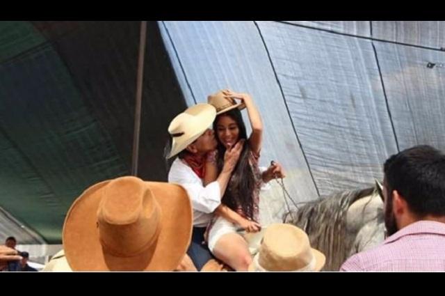 Gobernador de Michoacán cabalga con una joven y la besa