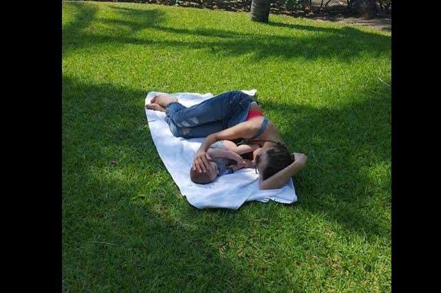 Comparte Silvia Navarro foto al lado de su bebé