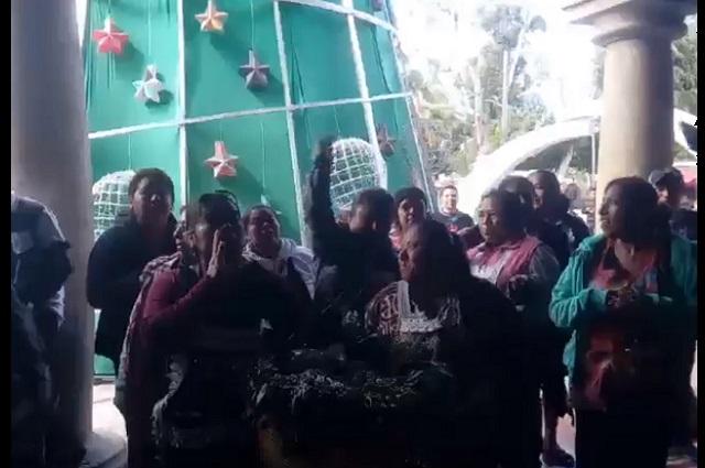 Se enfrentan inspectores de Tehuacán con vendedoras ambulantes
