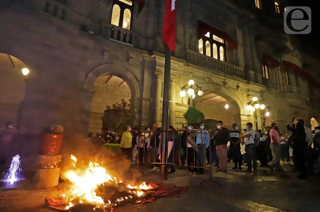 Entre quemas y destrozos da Rivera 100 plazas antes de irse