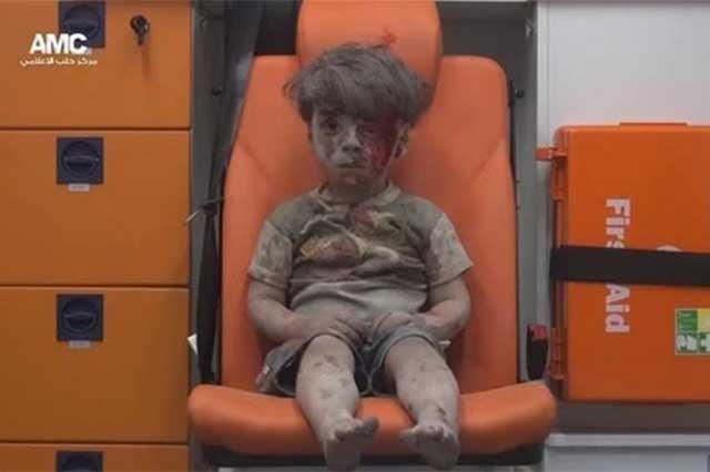 Publican video de un niño sirio sacado de entre las ruinas de un bombardeo
