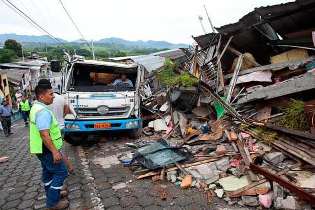 Ajustan en 350 la cifra de muertos en el terremoto de Ecuador