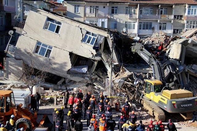 Terremoto derrumba viviendas en Turquía y Grecia