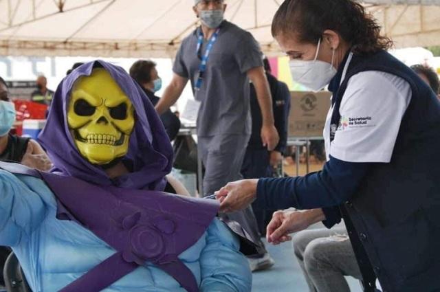 Hombre se disfraza de Skeletor para recibir su vacuna contra covid-19