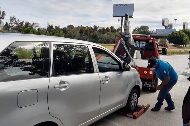 Aseguran tres taxis pirata en la Vía Atlixcáyotl