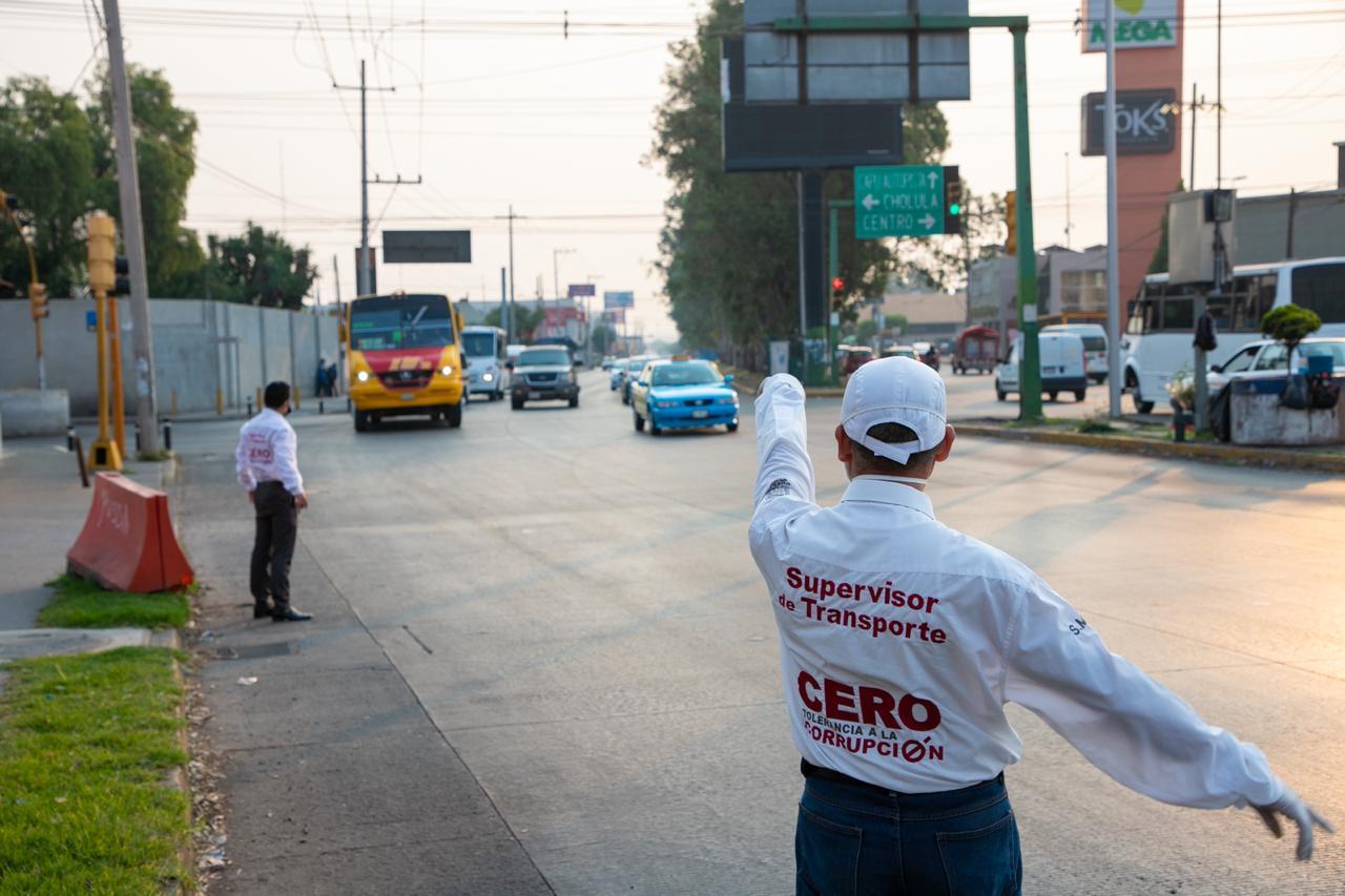 Sancionan a transporte público por incumplir sana distancia en Puebla